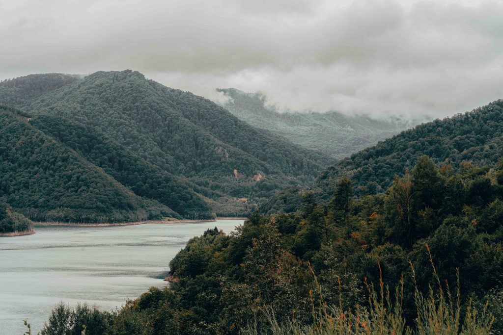 imagine din drona catre lacul Siriu