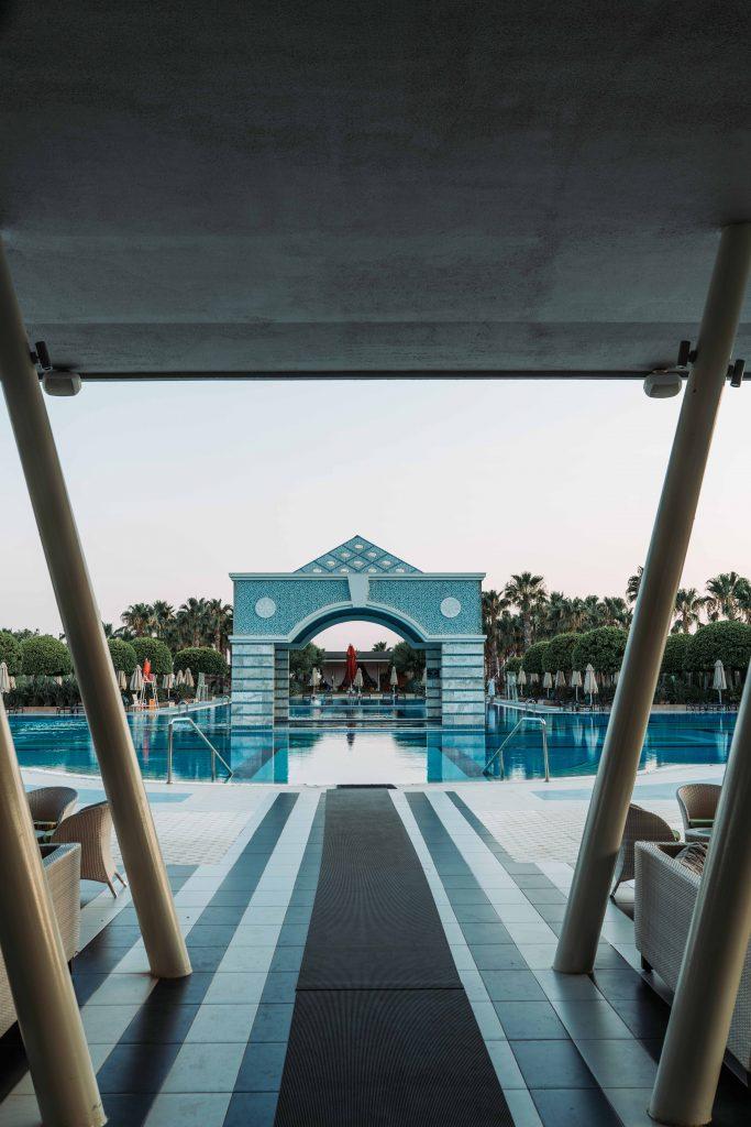 cum arata piscina comuna a hilton saarigerme turcia