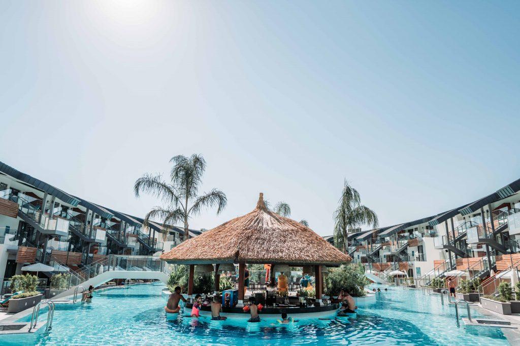 cum arata pool barul hotelului liberty fabay din turcia