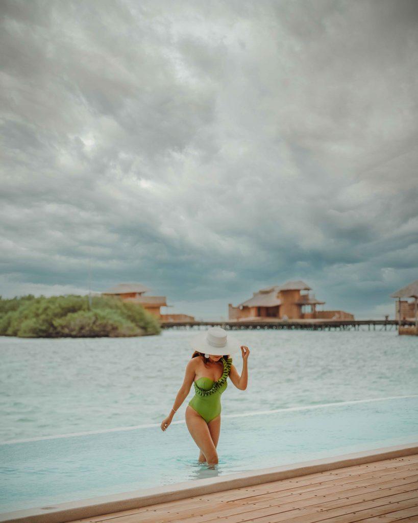 andra oprea iesind din piscina soneva jani din maldive