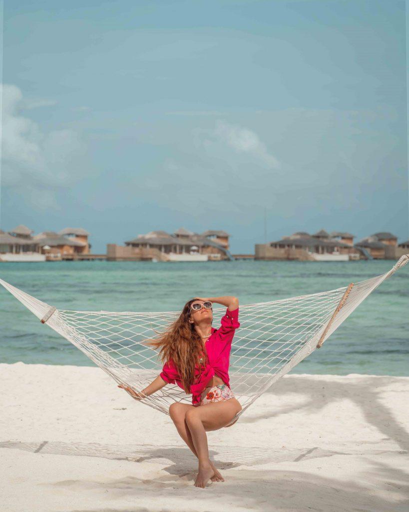 andra oprea stand intr-un hamac la soneva jani maldive